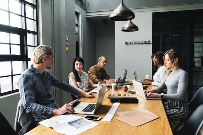 Trabajadores de una empresa realizando la formación de prevención de riesgos