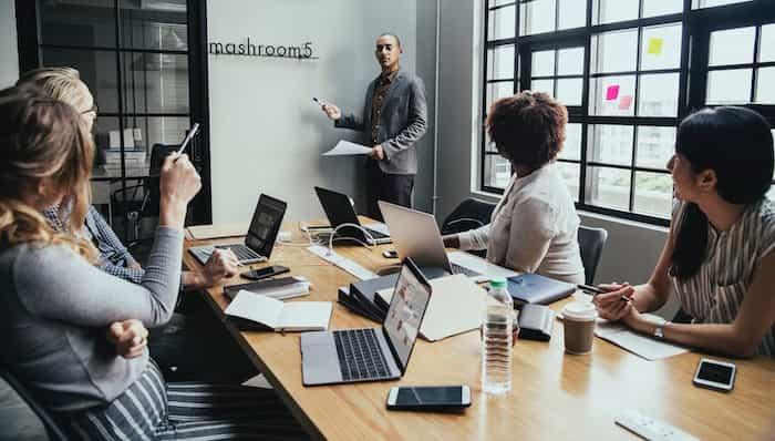 Empleados de una empresa evaluando los riesgos laborales