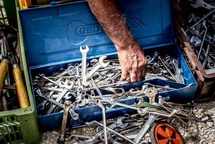 Trabajador de un taller con las herramientas de trabajo