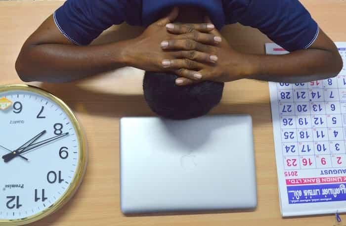 Empleado con mucha carga de trabajo que puede derivar en riesgo psicosocial.