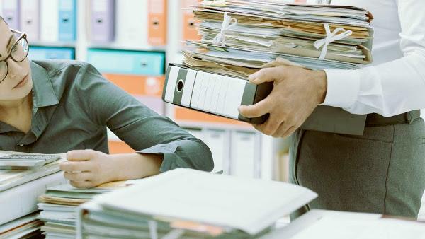 Empleada de una oficina con sobrecarga de trabajo