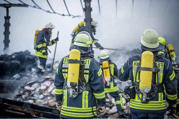 Bomberos apagando un incendio en una empresa
