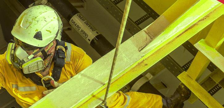 Trabajador de la construcción con un equipo de protección respiratoria