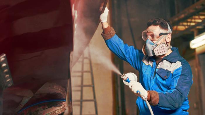 Empleado de una empresa con un equipo de protección respiratoria