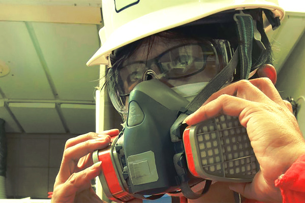 Trabajador colocándose uno de los equipos de protección respiratoria