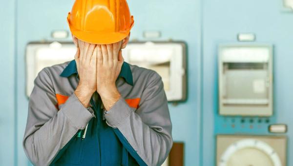Operario de una empresa de construcción cansado