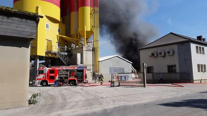 Fuego en una nave donde se ha establecido protocolo de simulacro de incendio.