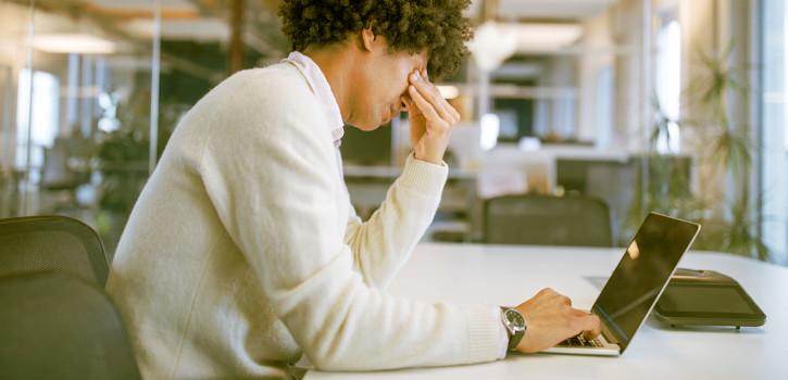 Empleado con síndrome de trabajador quemado o burnout