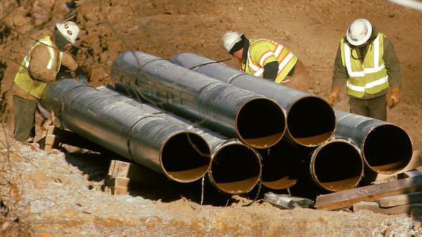 Trabajadores de canalizaciones con riesgos en metales pesados