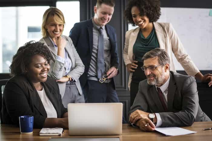 Empleados de una oficina con buenas relaciones de trabajo