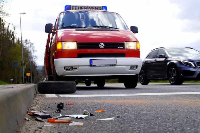 Distracción al conducir en una carretera provocando accidentes