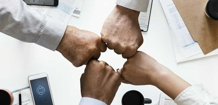 Manos de trabajadores de una empresa saludable