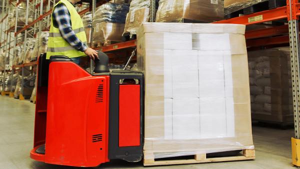 Utilización de maquinaria en un almacén con medidas preventivas