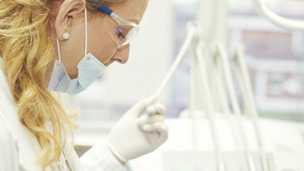 Empleada de una institución sanitaria con las medidas preventivas