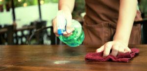 Trabajador de la limpieza utilizando productos químicos con riesgo de intoxicación