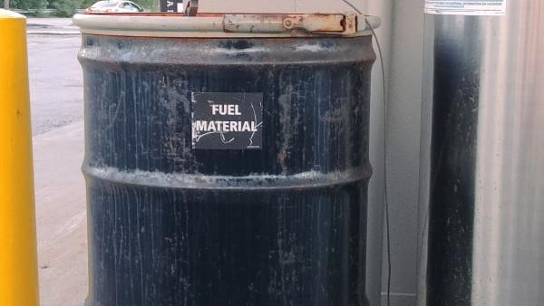 Bidón de combustible en una gasolinera