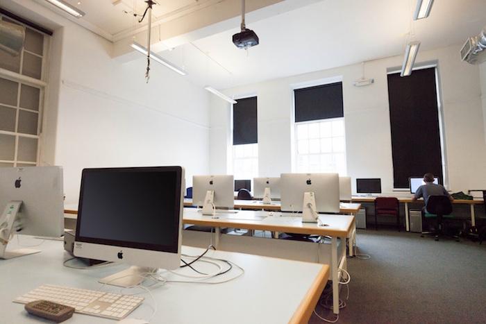 Oficina con las medidas oportunas para controlar la electricidad estática