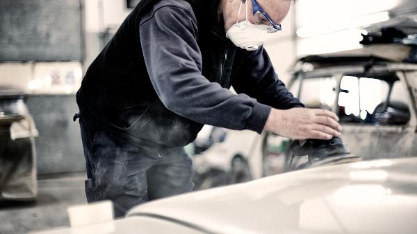 Trabajador de taller mecánico con medida preventiva y Epi