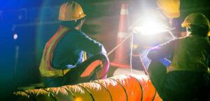 Operarios trabajando turno de noche