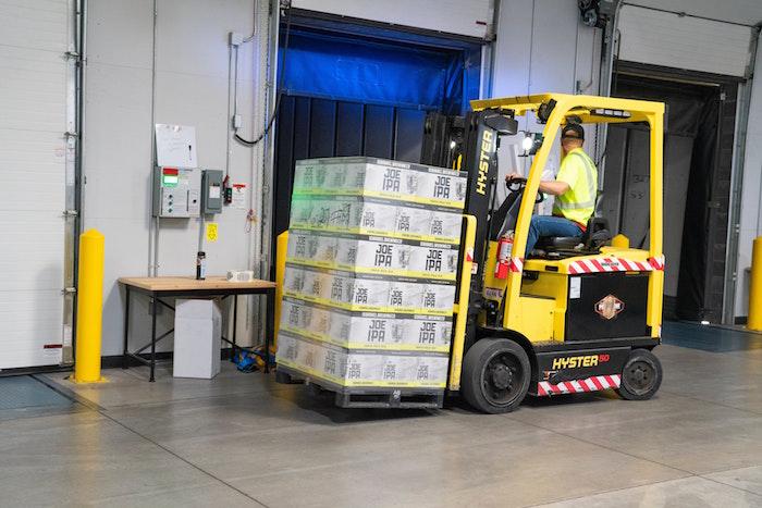 Manipulación de cargas en una empresa con maquinaria