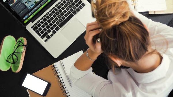 Trabajadora con problemas de salud por trabajar turno de noche