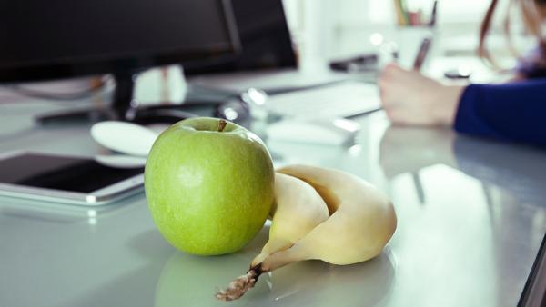 Buenos hábitos de alimentación para evitar problemas de salud por trabajar en turno de noche