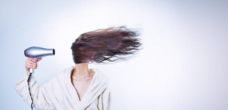 trabajadora de peluquería con factor de riesgo laboral de quemadura