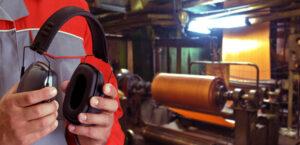 Trabajador tomando medidas frente al ruido en el trabajo
