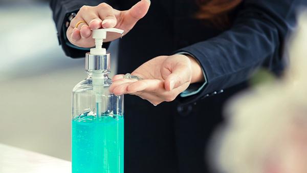 Uso de gel hidroalcohólico en una empresa