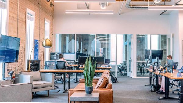 Empleados trabajando en un lugar con las recomendaciones para una iluminación adecuada