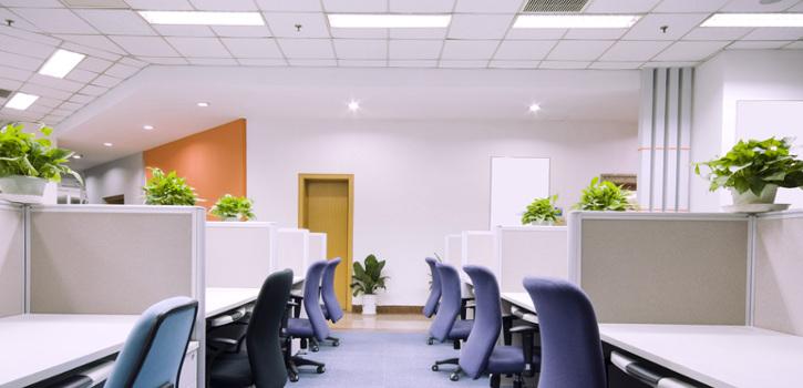 Oficina con los puestos de trabajo iluminados correctamente