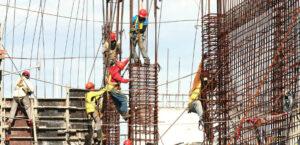 Trabajadores de la construcción guardando las medidas preventivas para evitar riesgos en altura
