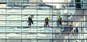 Empleados realizando un trabajo de alto riesgo