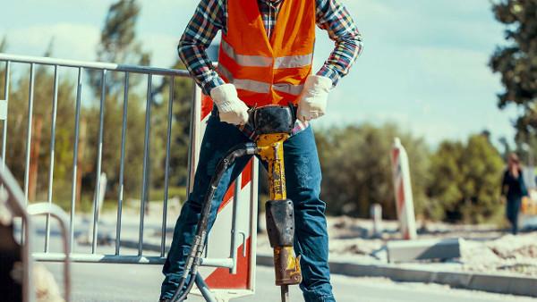Trabajador con alto riesgo de ruido en el trabajo