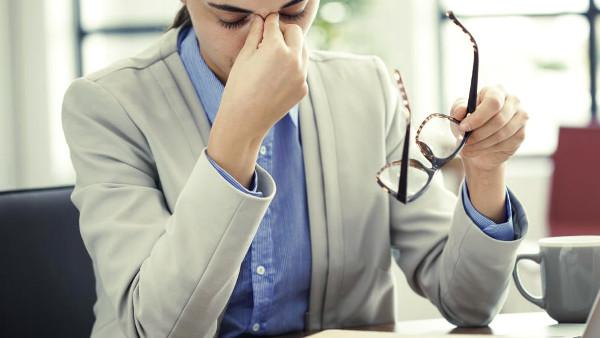 Fatiga visual para un empleado que trabajo con ordenador