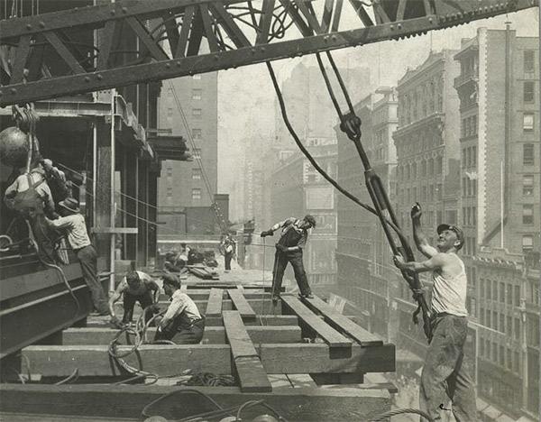 Obreros de la construcción trabajando en un edificio.