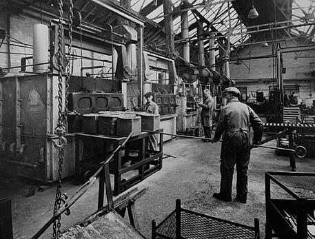 Obreros trabajando en plena revolución industrial